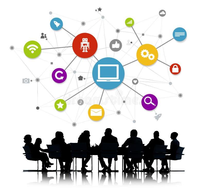 Geschäftsleute mit Computer-Vernetzungs-Symbolen lizenzfreie stockfotos