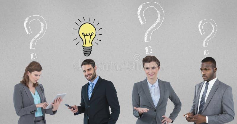 Geschäftsleute mit Glühlampe und Fragezeichen stockfotografie