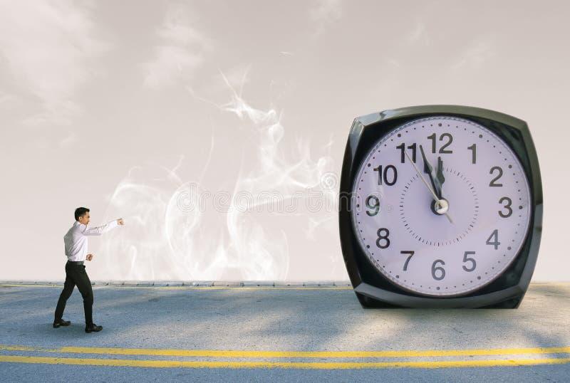 Geschäftsleute mit Uhr auf unscharfem Hintergrund der Straße und des Raumes Himmel stockfoto