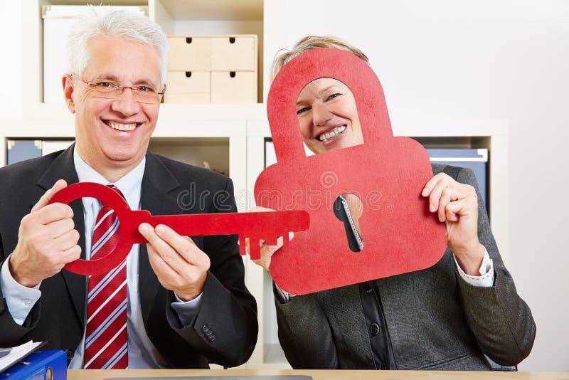 Geschäftsleute mit Verschluss und Schlüssel stockfotos