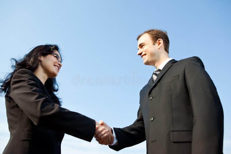 Geschäftsleute rütteln Hände lizenzfreies stockbild