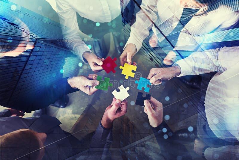 Geschäftsleute schließen sich Puzzlespielstücken im Büro an Konzept der Teamwork und der Partnerschaft Doppelbelichtung mit Licht vektor abbildung