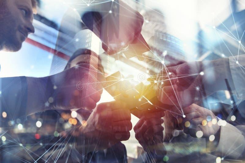 Geschäftsleute schließen sich Puzzlespielstücken im Büro an Konzept der Teamwork und der Partnerschaft Doppelbelichtung mit Inter vektor abbildung