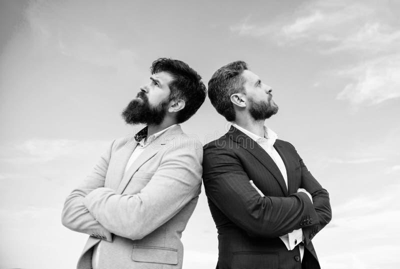 Geschäftsleute stehen Hintergrund des blauen Himmels Vervollkommnen Sie ausführlich jedes Wohler gepflegter Auftritt verbessert G lizenzfreies stockbild