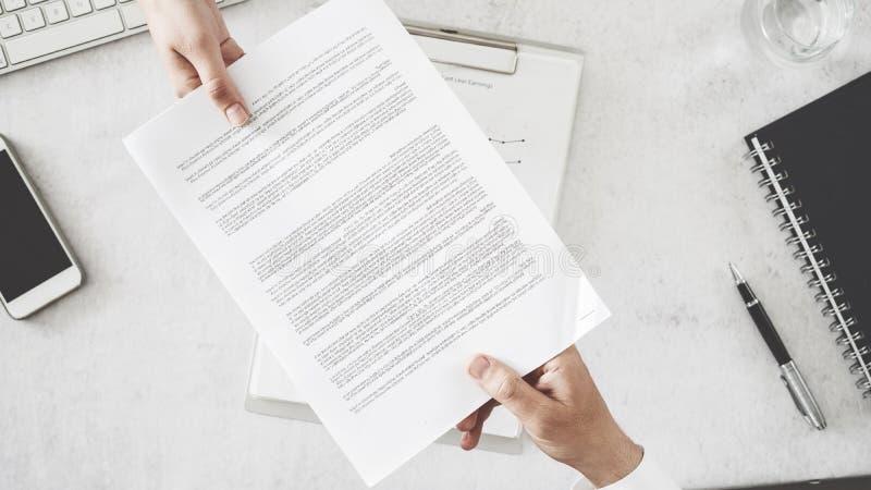 Geschäftsleute tauschen Dokument aus stockbild