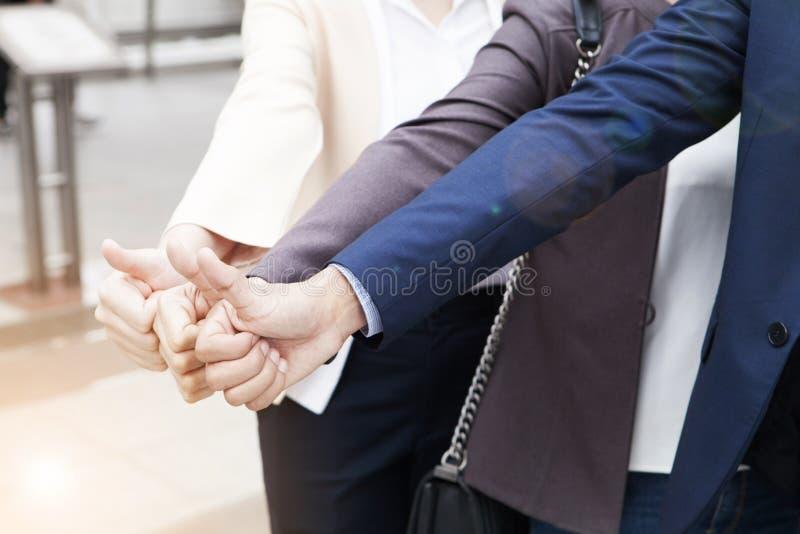 Geschäftsleute team Showbums oben zusammen für Vereinbarungszeichen, lizenzfreie stockfotografie