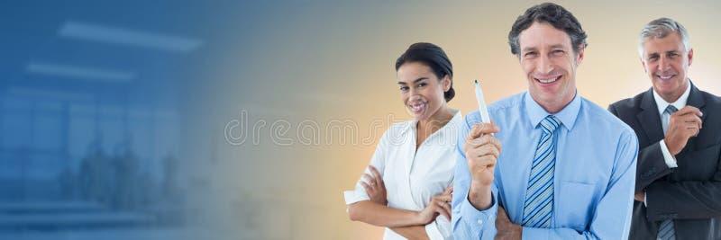 Geschäftsleute und Büro mit Lichtquelle des Aufflackerns lizenzfreie stockbilder