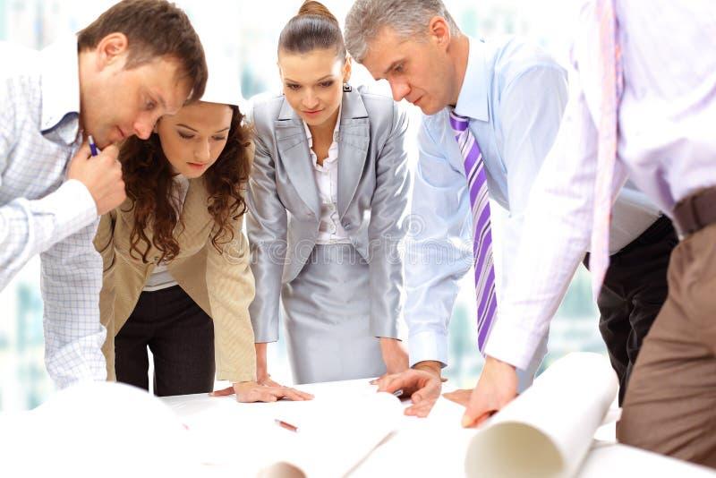 Geschäftsleute und Frauen lizenzfreie stockfotos
