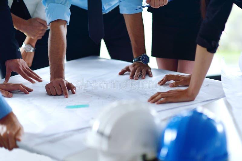 Geschäftsleute und Ingenieure auf Sitzung lizenzfreies stockfoto