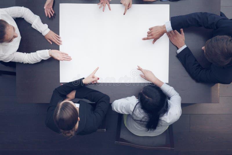 Geschäftsleute und leeres Papier lizenzfreies stockfoto