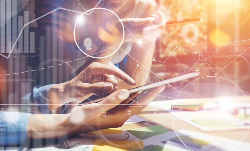 Geschäftsleute verschiedene Geistesblitz-Sitzungs-Konzept- Frau, die Smartphone-Tablet-Holz-Tabelle Arbeits ist Globale Strategie stockfotos