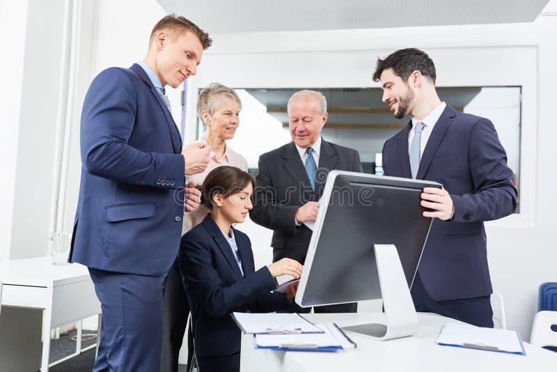 Geschäftsleute vor Computermonitor stockfoto