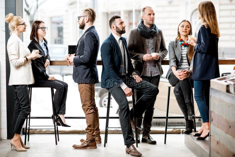 Geschäftsleute während der Kaffeepause stockbilder