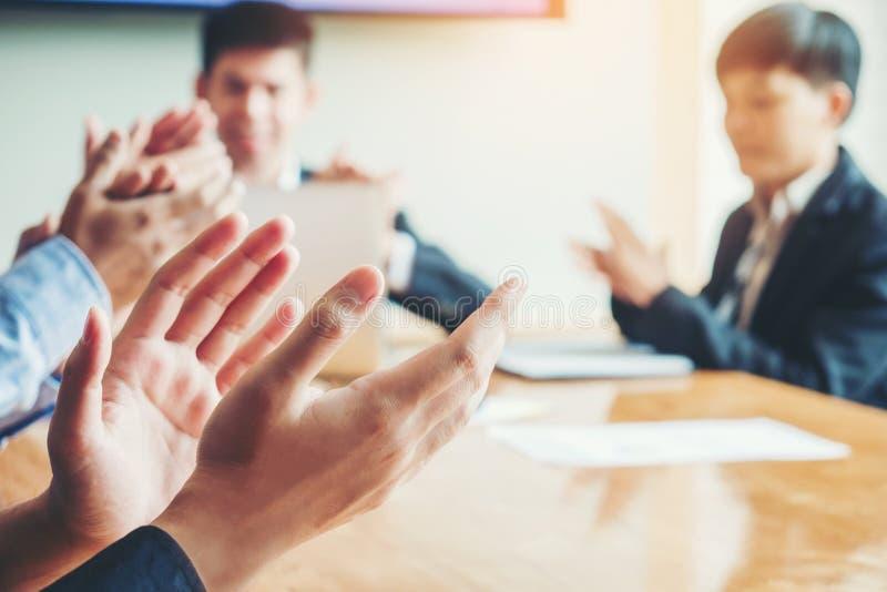 Geschäftsleute, welche die Leistungen treffen Geschäft Teamwo feiern stockfoto