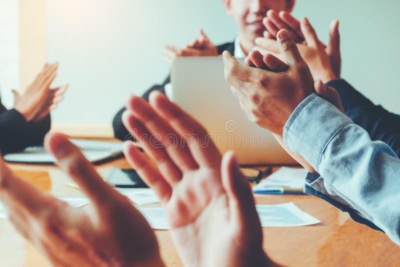 Geschäftsleute, welche die Leistungen treffen Geschäft Teamwo feiern stockbild