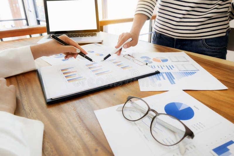 Geschäftsleute, welche die Partnerschaft bespricht Verkaufsergebnis im modernen Büro treffen stockbild