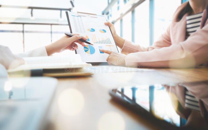 Geschäftsleute, welche die Partnerschaft bespricht Verkaufsergebnis treffen stockbilder