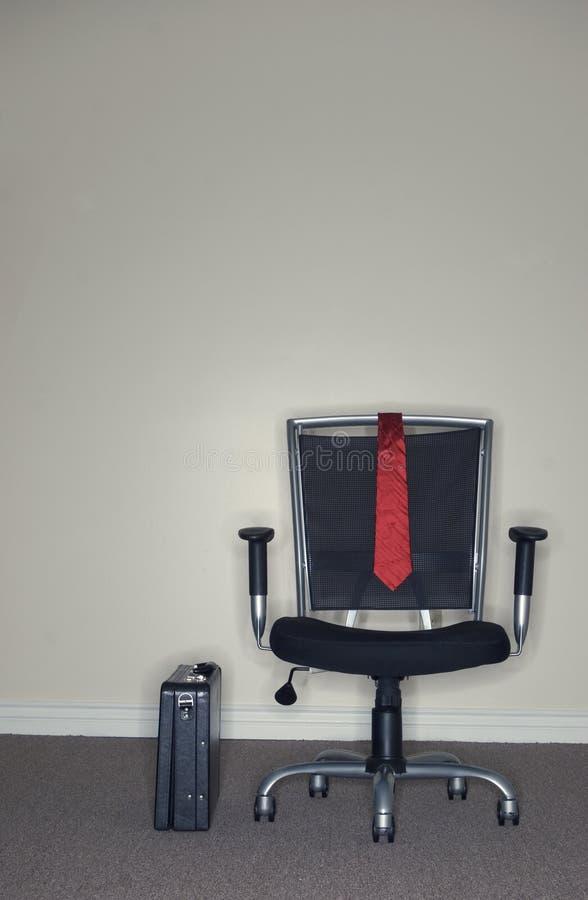 Geschäftslokal-Stuhl und Aktenkoffer lizenzfreie stockbilder