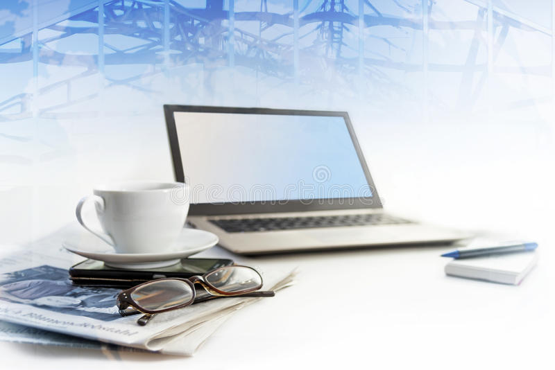 Geschäftslokalarbeitsplatz, Laptop, Handy, Zeitung, glasse lizenzfreie stockfotos