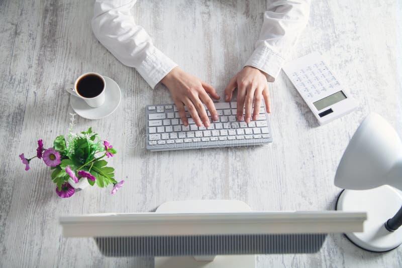 Geschäftsmädchen, das auf einer Computertastatur schreibt Die goldene Taste oder Erreichen für den Himmel zum Eigenheimbesitze lizenzfreies stockfoto