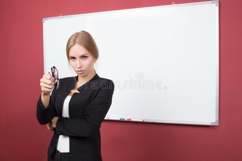 Geschäftsmädchen zeigt Zeigefingerhand auf dem freien Raum lizenzfreie stockfotografie
