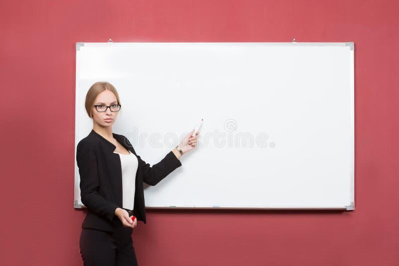 Geschäftsmädchen zeigt Zeigefingerhand auf dem freien Raum stockfoto