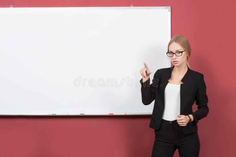 Geschäftsmädchen zeigt Zeigefingerhand auf dem freien Raum stockbilder