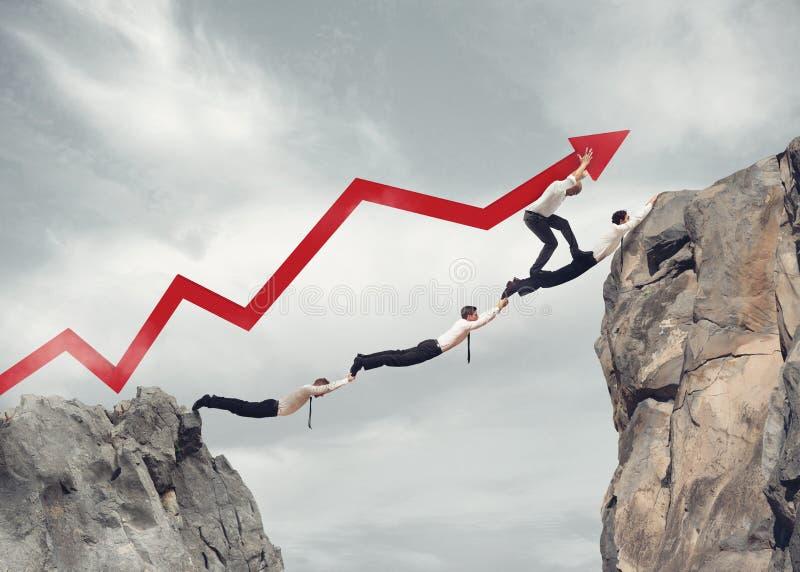 Geschäftsmänner überbrücken zusammenarbeiten für den Erfolg von Unternehmens lizenzfreie stockfotos