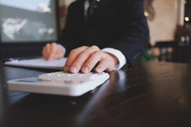 Geschäftsmänner berechnen das Ausweitung der Investitionen-Geschäft und sparen Geld Ei auf goldenem Hintergrund lizenzfreies stockfoto