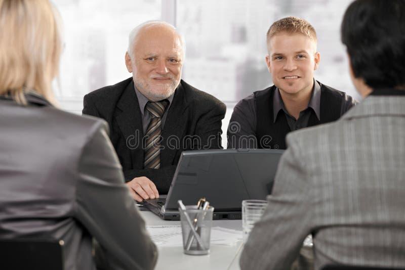 Geschäftsmänner, die Geschäftsfrauen treffen lizenzfreie stockfotos