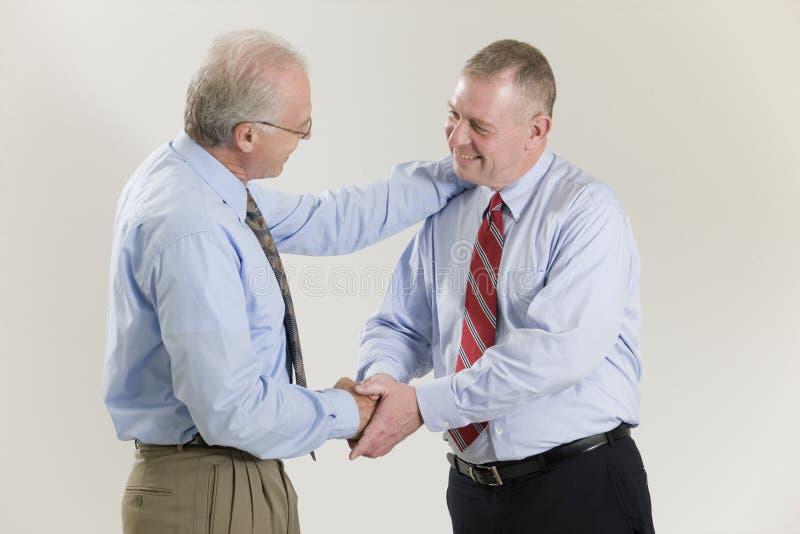 Geschäftsmänner, die Hände in den Glückwünschen rütteln. stockfotos