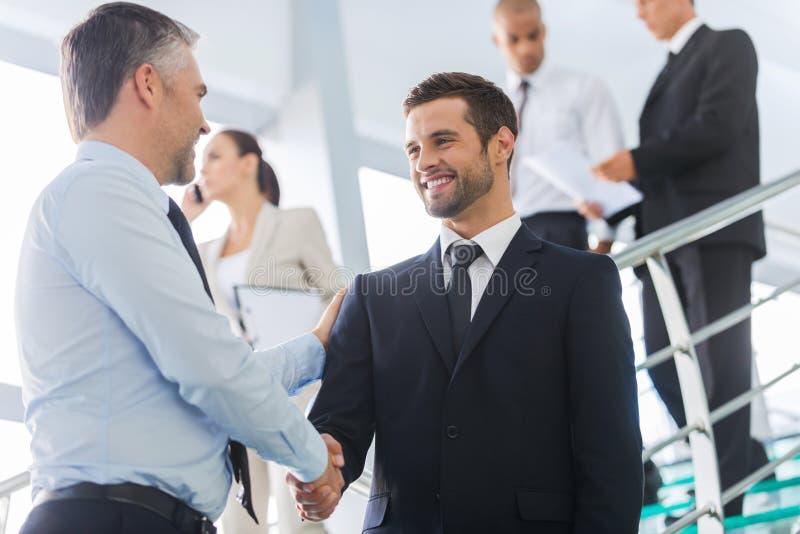 Geschäftsmänner, die Hände rütteln stockbilder