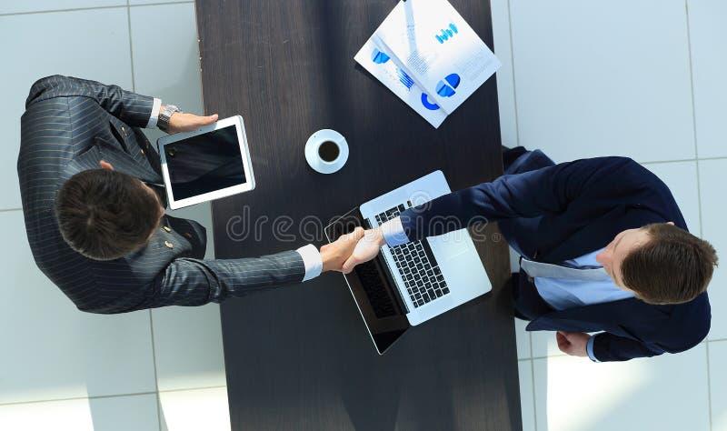Geschäftsmänner, die Hände rütteln lizenzfreie stockbilder