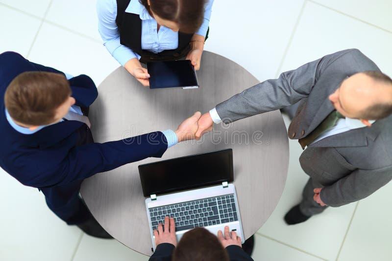 Geschäftsmänner, die Hände rütteln lizenzfreies stockbild