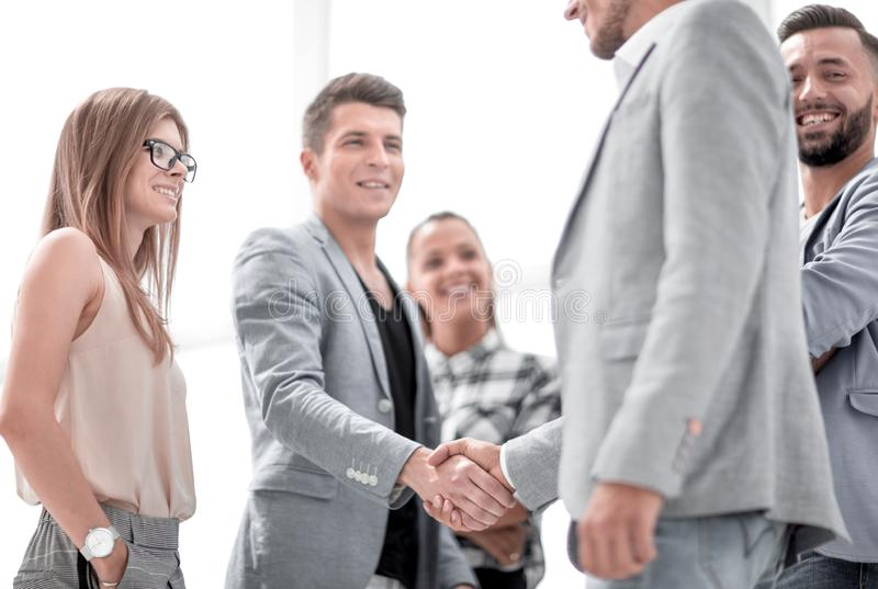 Geschäftsmänner, die Hände rütteln Zwei überzeugte Geschäftsmänner, die Hände und das Lächeln rütteln lizenzfreie stockfotos