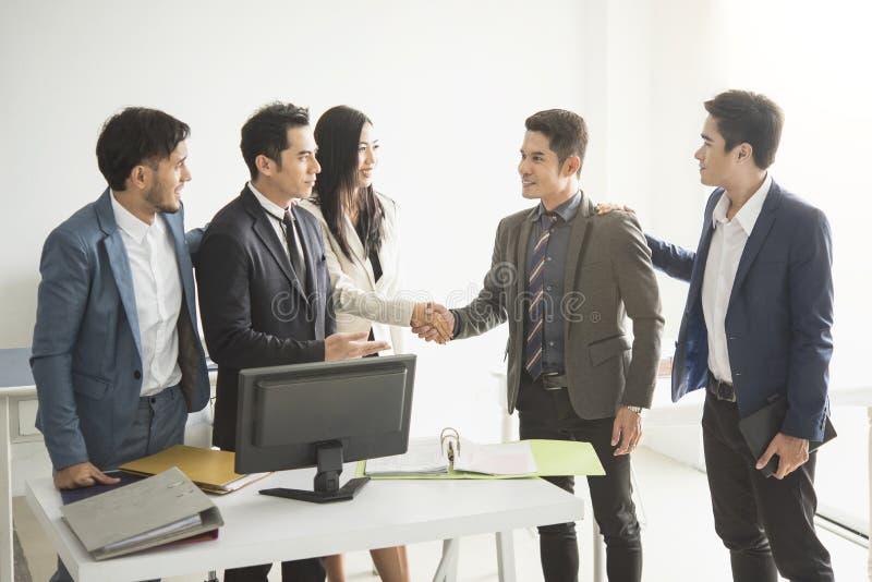 Geschäftsmänner, die Händedruckvertrag schließen stockfotos