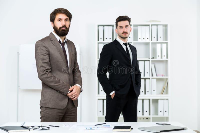 Geschäftsmänner, die im Büro stehen lizenzfreie stockfotografie
