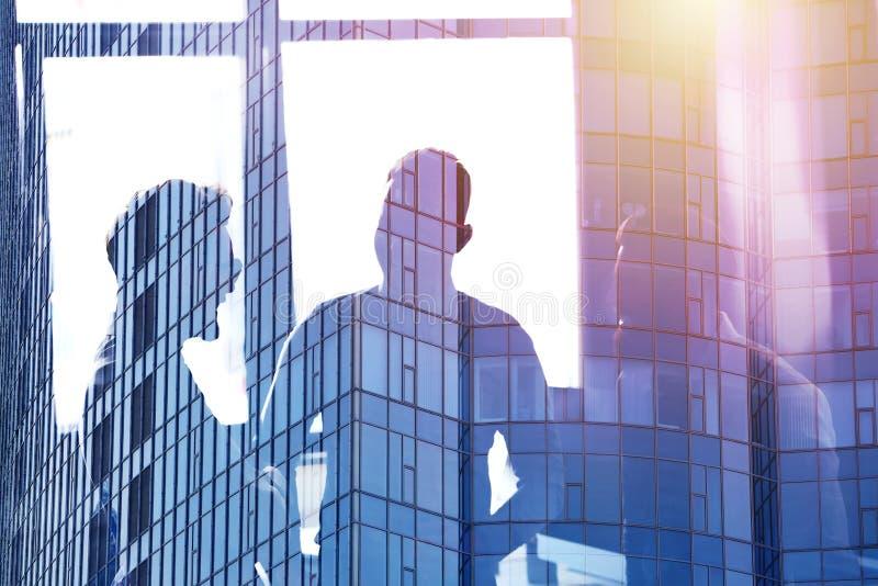 Geschäftsmänner, die im Büro zusammenarbeiten Konzept der Teamwork und der Partnerschaft Doppelte Berührung vektor abbildung