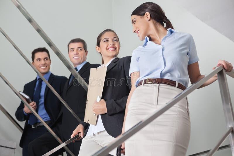 Geschäftsmänner, die mit Frauen flirten lizenzfreie stockbilder