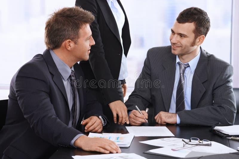 Geschäftsmänner, die Vertrag besprechen lizenzfreie stockbilder