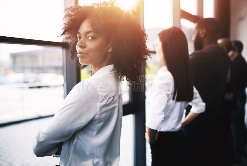 Geschäftsmänner, die weit nach der Zukunft suchen Konzept der Teamwork, der Partnerschaft und des Starts lizenzfreie stockbilder