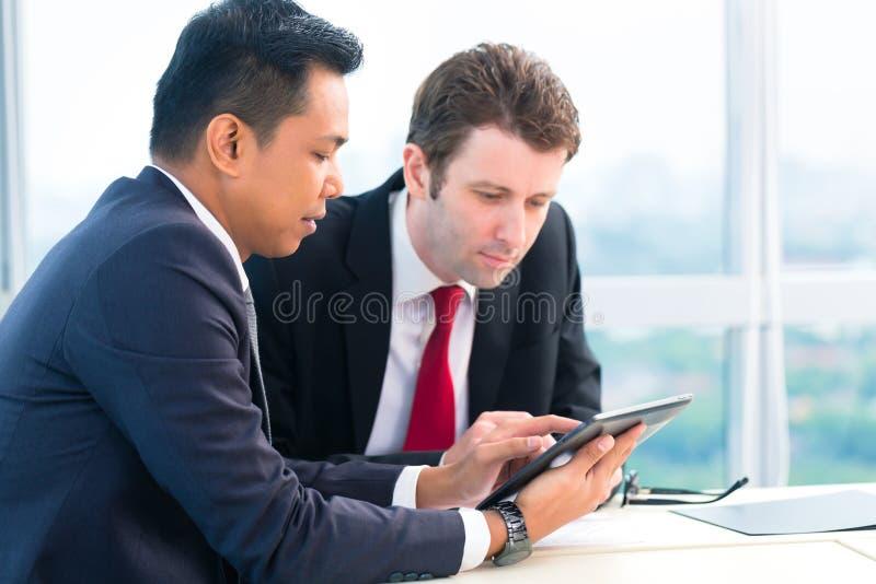 Geschäftsmänner, die zusammenarbeiten stockfotos