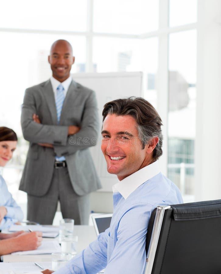 Geschäftsmänner in einer Sitzung mit ihrem Team stockbild
