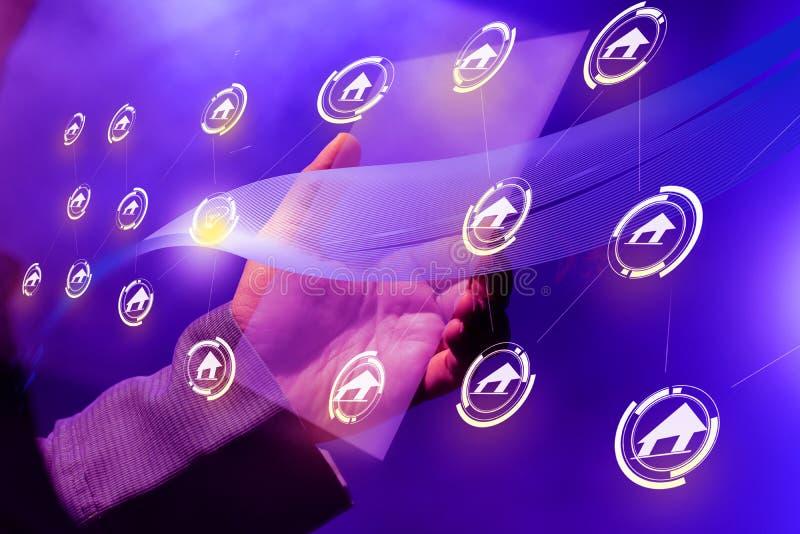 Geschäftsmänner errichten ihre Geschäftsnetze unter Verwendung der virtuellen digitalen Tabletten lizenzfreie stockfotos