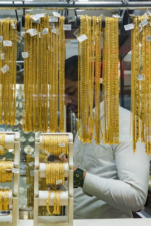 Geschäftsmänner im Goldmarkt in Dubai stockfotos