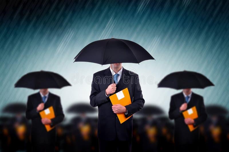 Geschäftsmänner im Regen lizenzfreie stockfotografie
