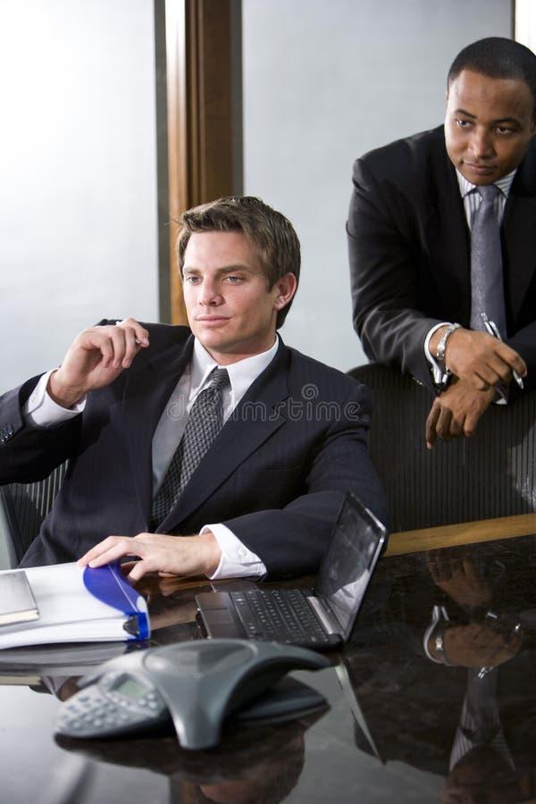 Geschäftsmänner im Sitzungssaal lizenzfreies stockbild