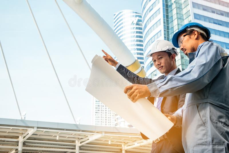 Geschäftsmänner, Ingenieur und Erbauer, die zusammenarbeiten stockbilder
