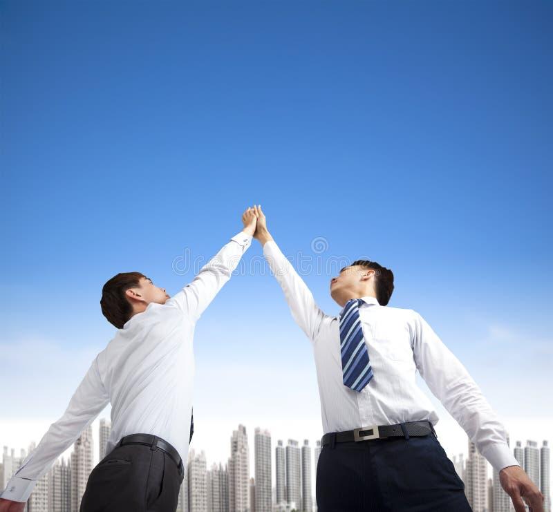 Geschäftsmänner mit Erfolgsgeste stockfotos