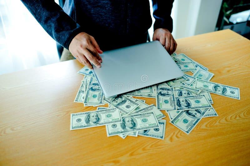 Geschäftsmänner mit Geld in der Hand, US-Dollars, Investition, Erfolg stockbilder